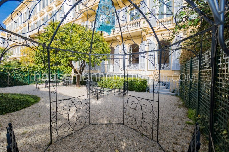 bourgeois flat with garden in the city centre
